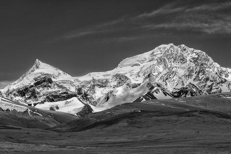 """Шишабангма - горный массив в Гималаях, находится на территории Тибета, две вершины превышают 8000 метров (8027 и 8008). Считается самым """"легким"""" среди восьмитысячников, однако при попытках восхождения погибли 21 человек. Дмитрий Архипов"""