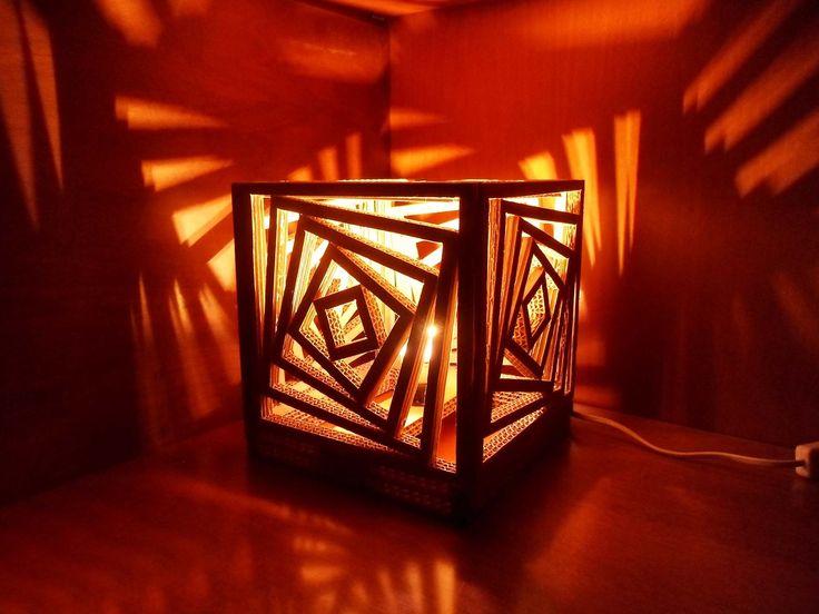 Lampada da tavolo a forma di cubo in cartone : Lampade di lindarose-design