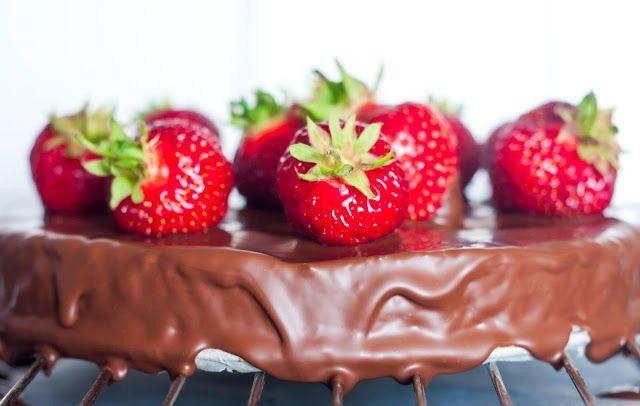 Mad på 4 sal: Bountykage med søde jordbær