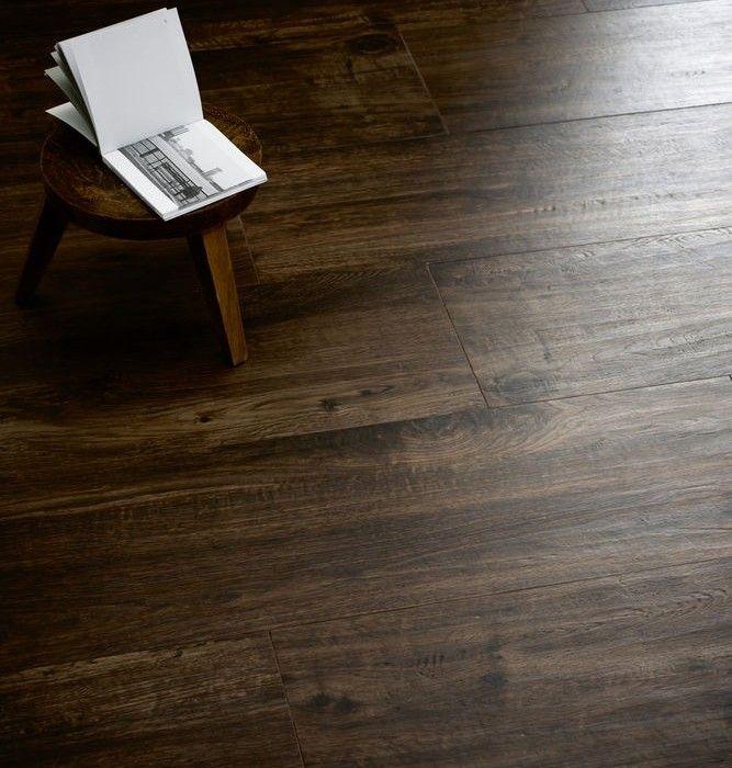 Dessin/materiaal: houtlook tegels. Stoere uitstralling. Door de houtnerf is vuil minder goed zichtbaar dan bij tegels in een egale kleur.