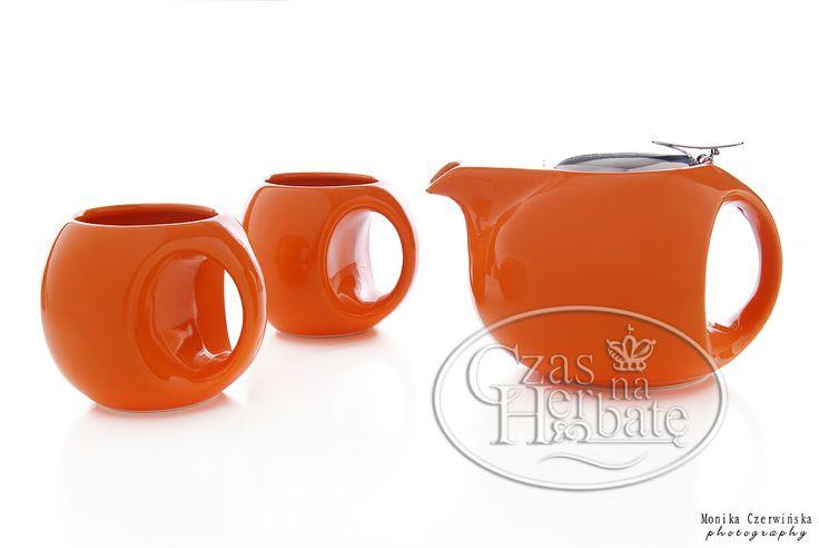 Nowoczesny zestaw czajnika i kubków dedykowany do zaparzenia i delektowania się ulubiona herbatą.