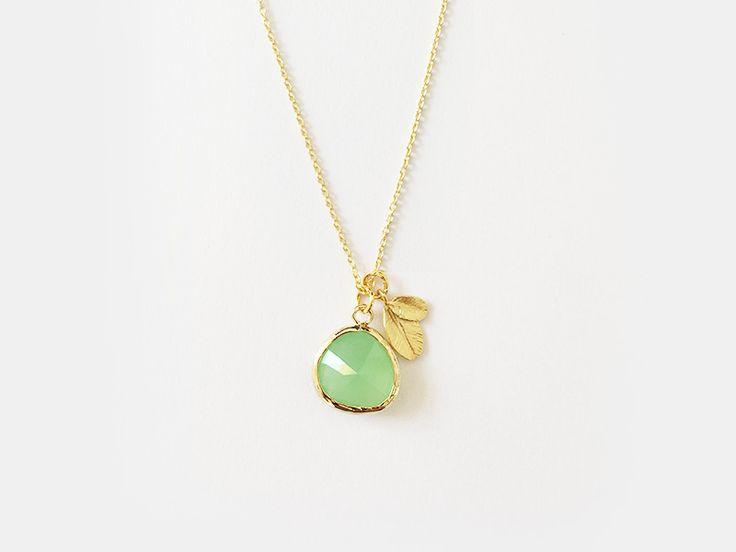 Hochwertige vergoldete Ankerkette aus #925 Sterling Silber vergoldet. In der #Trendfarbe 2017 #Greenery! Sie hält einen hochwertigen #Glas-Anhänger in der wunderschönen Farbe apple green bzw. #Apfelgrün und ist zudem mit einem kleinen #Blattanhänger verziert.