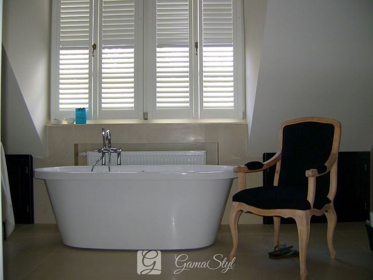 Biały shutters w łazience, montaż do skrzydła okna Shutters, shuttersy, okiennice wewnętrzne | GAMA STYL