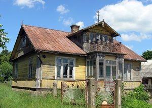 Wyłudki Dom z końca lat dwudziestych XX w., z werandą i facjatą w ścianie frontowej. Dach werandy tworzy taras z metalową, zdobioną balustradą.