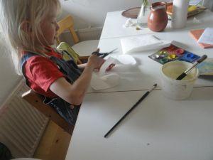 Helppoa askartelua lapsille: paperikukka http://blog.leluteekki.fi #askarteluohjeita #lapsille #askartelua #kevät #kevätaskartelua #kukka #paperi