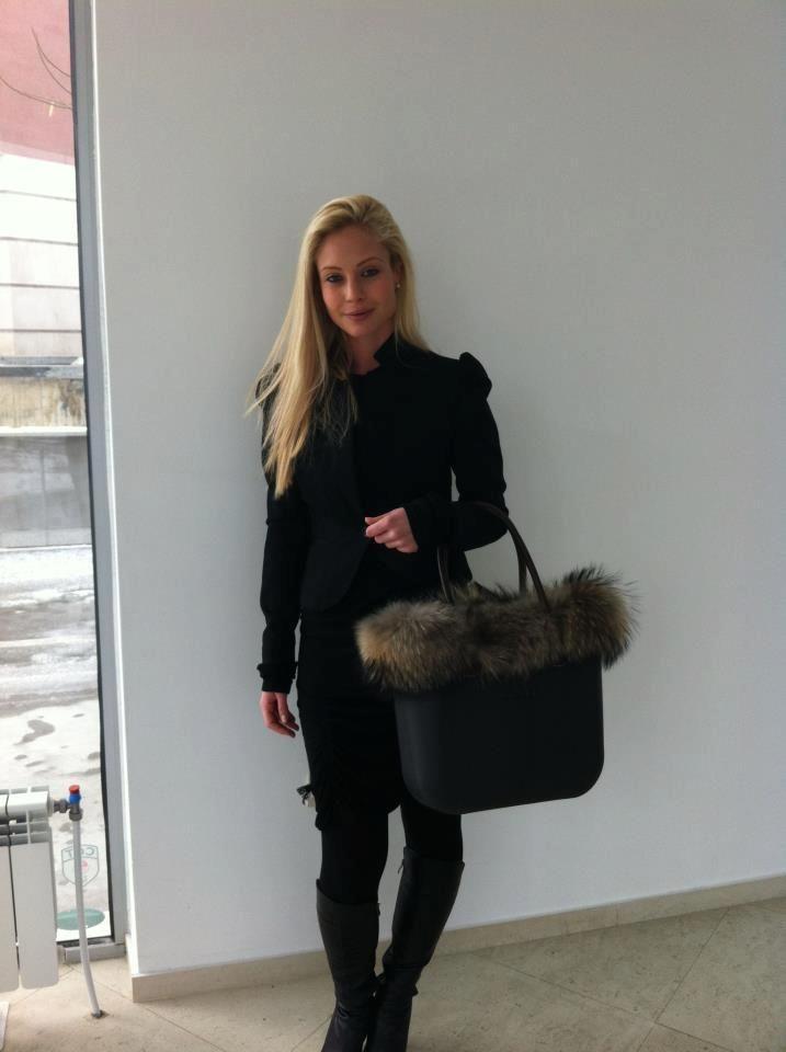 O bag in black with fur trim