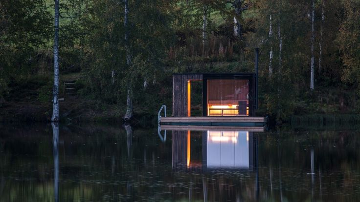 Floating sauna è una sauna costruita sopra una piattaforma galleggiante, una piccola struttura dedicata al relax e la contemplazione.