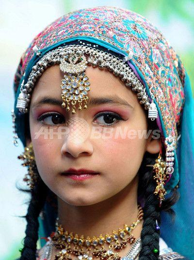 カシミール伝統衣装の児童たち、ダライ・ラマ訪問を歓迎