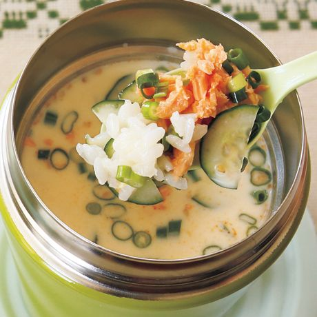 レタスクラブの簡単料理レシピ 豆乳の優しい甘みに、しょうががかくし味「鮭の豆乳みそスープご飯」のレシピです。 作り方 1.スープジャーの口まで氷を入れ、約5分おいて冷やす。 保冷機能を高めるため、使用する直前にスープジャーの口まで氷を入れ、約5分おいて冷やして。氷を入れず、ふたをあけたまま冷蔵庫で冷やしてもOK。また、生のまま加える食材も冷蔵庫で冷やしておくとなお◎。 2.ご飯はざるに入れ、水で洗ってぬめりを取り、水けをきる。きゅうりは薄い半月切りにする。3.1の氷を取り出し、2、鮭フレーク、しょうが、万能ねぎ、ごまを入れる。スープの材料を加え、冷水を目安線まで注ぎ(約1/2カップ)、ふたをして約10秒軽く振る。食べるときは全体をスプーンで混ぜる。 memo 料理は6時間以内に食べ切ってください。また、肉や魚介類、乳製品などは完全に加熱してから入れてください。スープジャーの取り扱いはメーカーによって異なるため、取扱説明書に従って使用してください。