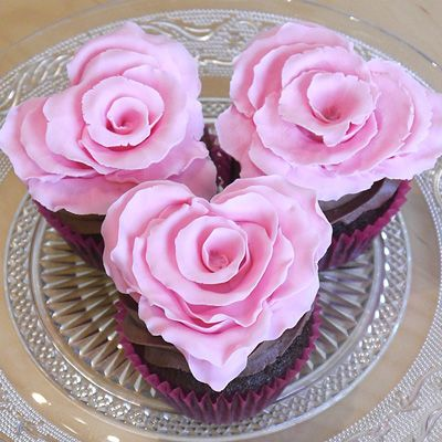 Share Tweet +1 Pin Tumblr Email Reddit SMS Facebook Messenger It's almost Valentine's Day and to celebrate,. I thought I would show you how to make a beautifully romantic ruffled rose with a subtle difference: it is in the shape of a heart! These pretty little decorations can be used as cupcake toppers, placed around …