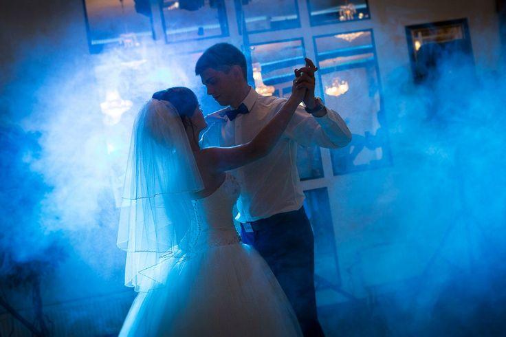 Первый танец молодых. что может быть романтичнее!!! #wedding #party #weddingparty #celebration #bride #happy #love #forever #weddingdress #family #smiles #marriage #weddingday #instawed #instawedding #wedparty #wedmsk #lovestory #photographer #фотограф #фотосессия #любовь #лавстори #свадьба #свадебныйфотограф #москва #невеста #свадьбавмоскве #svlomantsovi #китайгород