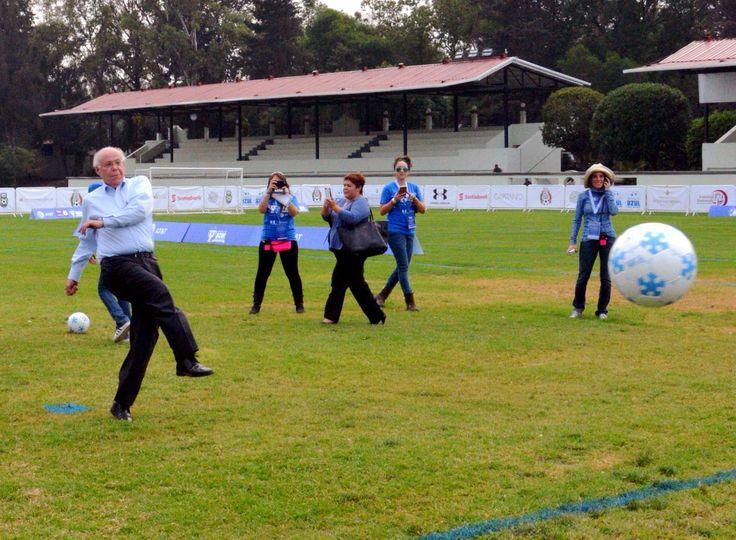 Dan patada inicial del Torneo de la Copa de Fútbol Iluminemos de Azul por el Autismo - http://plenilunia.com/novedades-medicas/dan-patada-inicial-del-torneo-de-la-copa-de-futbol-iluminemos-de-azul-por-el-autismo/40312/