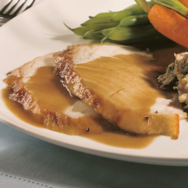 Une sauce brune accompagne la volaille à merveille. Préparez-la une fois que la dinde est cuite.