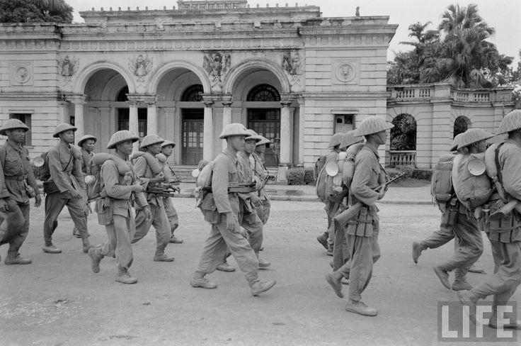 Octobre 1954. Entrée des troupes victorieuses du Việt Minh dans Hà Nội. Guerre Indochine. Indochina war.