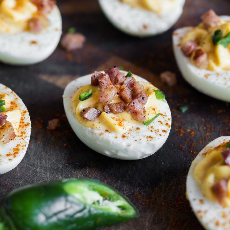 Mit feuriger Jalapeno und knusprigem Speck erleben die gefüllten Eier ein würziges Revival und sind im Nu weggesnackt.