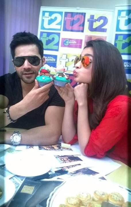 ** PHOTO UPDATE ** Varun Dhawan and Alia Bhatt chilling while promoting 'Humpty Sharma Ki Dulhaniya' in Kolkata! Your comments about this pair? #Unomatchfans