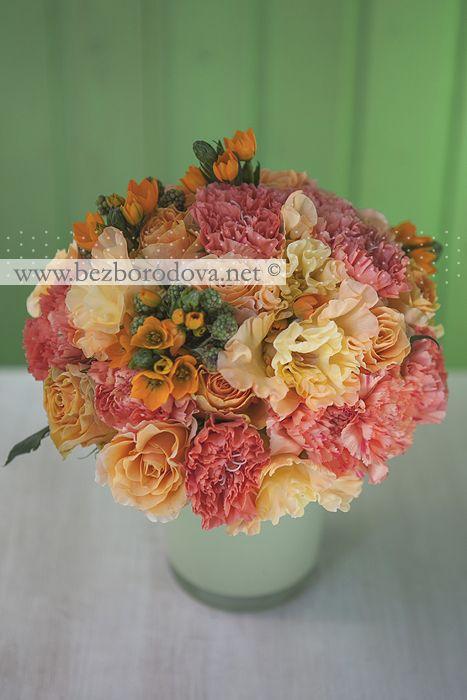 Оранжевый свадебный букет из роз, гвоздики и гладиолусов с ежевикой