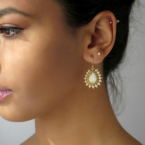 Blanc boucles d'oreilles opale, cristal boucles d'oreilles mariées, boucles d'oreilles en forme de larme de cristal, perle boucles d'oreilles or, boucle d'oreille mariage cristal, boucle d'oreille Perle en forme de larme