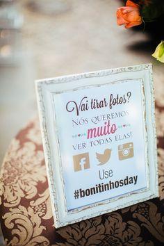mural pedindo para a utilização de hashtag em redes sociais no dia do casamento. É bom pois os noivos podem achar todas as fotos com facilidade no dia seguinte.