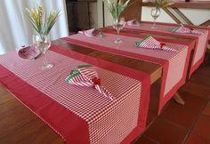 Esse caminho de mesa é uma versão moderna da toalha de mesa. Seus convidados merecem requinte e beleza.Veja mais em: www.elo7.com.br/ateliepintaeborda