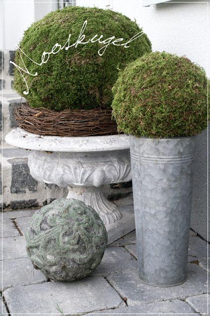 Hallo an diesem grauen Sonntag. In der letzten Woche habe ich, noch bei Sonnenschein, die letzten Blumenvor dem Hauseingang ent...