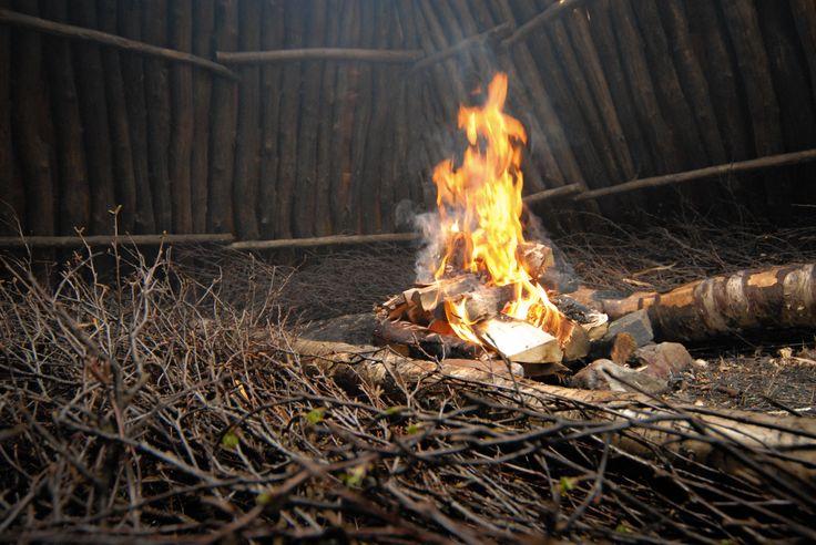 A bonfire in the goahti building.  Image by Kimmo Hyötylä.