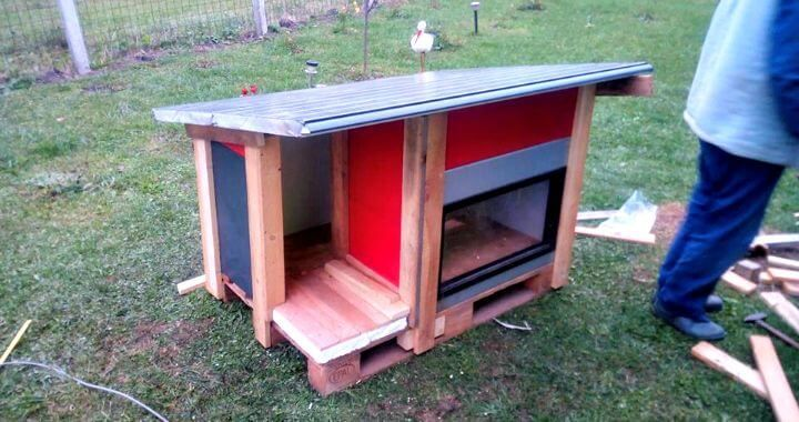 Just put a creative glance at this DIY recycle door panels and pallet dog house, has a stylish design inspired of modern houses! Old door glass panels