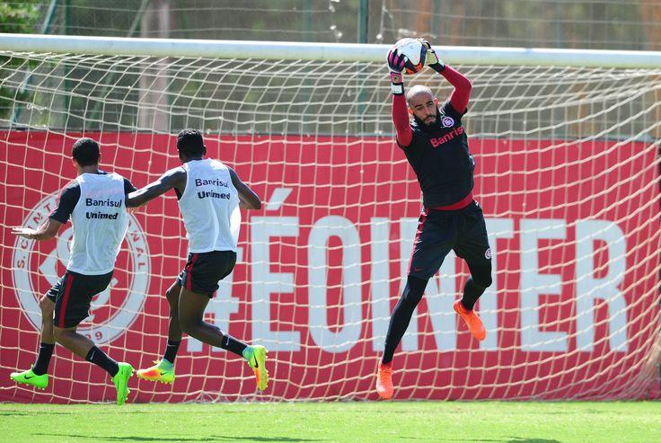 Danilo Fernandes sofre fratura no pé e desfalca Inter por cerca de dois meses  #globoesporte