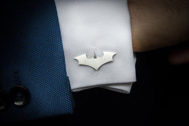 Handgefertigte Personalisierte silberne Bat-Manschettenknöpfe aus 925er Silber. Schick und ein wenig extravagant passen sie perfekt zu jedem Hemd mit Manschetten. Ein ideales Geschenk für ihn....