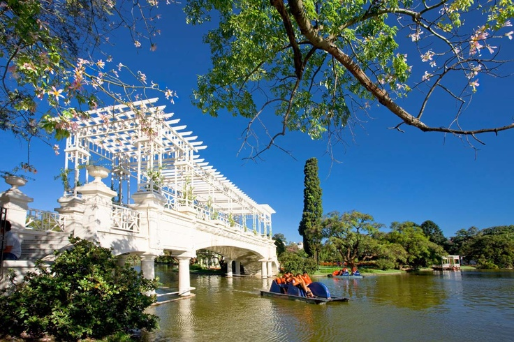 """""""""""El Puente De Los Suspiros"""""""" en el Parque 3 De Febrero, en el pulmon mas grande de la capital federal, los bosques de Palermo, Buenos Aires"""