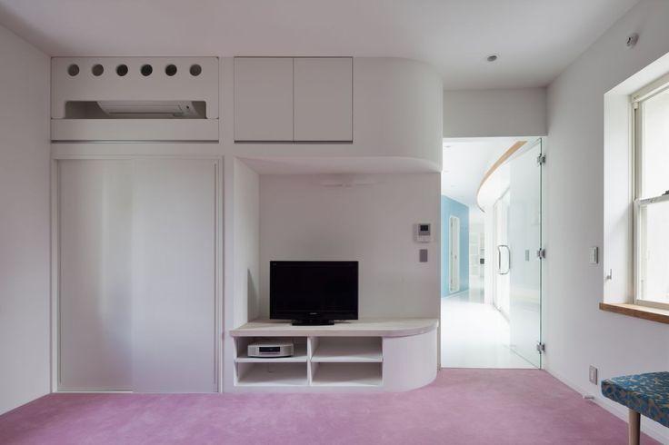 weiße stark und leicht rosa Innendesign mit Fluid Bio & nachhaltige Vermögenswerte Featured In ein japanisches Home von Hideo Kumaki Büro Architekten