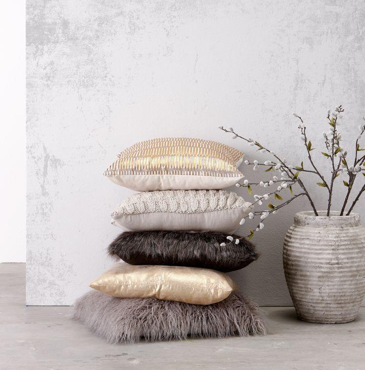 Je interieur maak je klaar voor de winter met behulp van kussens! Ga jij voor een gebreid patroon, voor zacht en harig of voor chic goud? #kussens #goud #interieur #wonen #kwantum #winterswonen