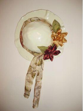 Χειροποίητο καπέλο από πηλό με υφασμάτινα λουλούδια