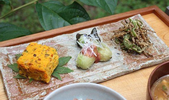 かぼちゃの擬製豆腐 小茄子の梅ソース添えごぼうとピーマンの麻の実きんぴら