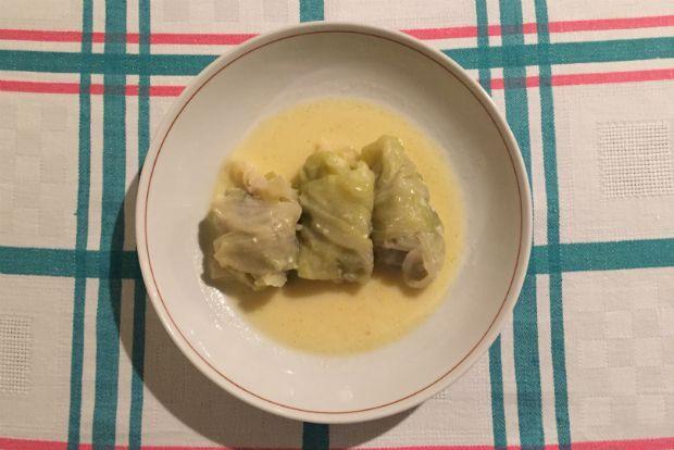 Οι τέλειοι λαχανοντολμάδες της μαμάς μου Είναι ένα από τα πιο νόστιμα μαμαδίστικα πιάτα της ελληνικής κουζίνας, κυριακάτικο και γιορτινό, που σε πολλές περιοχές σερβίρεται και στο χριστουγεννιάτικο τραπέζι. Η δική μου μαμά κάνει τους λαχανοντολμάδες με μοσχαρίσιο κιμά, μπόλικα αρωματικά και στο τέλος τους αυγοκόβει ελαφρά.