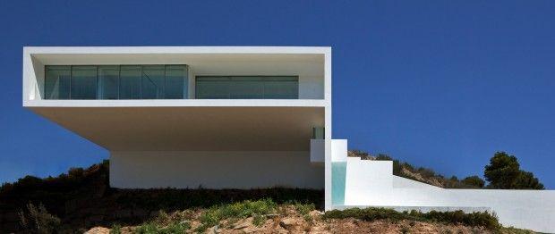 La Casa del acantilado, comme son nom l'indique, est accrochée à la falaise et surplombe majestueusement la mer Méditerranée. Située proche d'Alicante en E