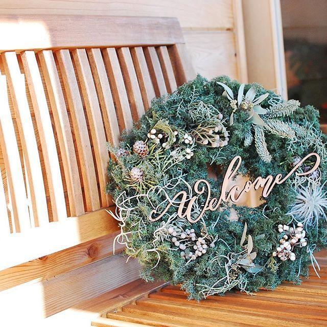 """* Welcome wreath🍾 #mscparty_170122 * 12月に""""Merry Christmas""""と書いて製作した木製オブジェを今回は""""Welcome""""にして皆さんをお出迎え♡ * マギーズ東京の縁側には木のベンチがあって、そこにゆっくり腰掛けて物思いにふけることもできる☺︎ リースはかなりドライになっているけれど、緑をまだ綺麗に保ってくれているよ♩ * * * #makishimano #mscalligraphy #paperitem #modernscript #weddingparty #wedding #weddingitem #moderncalligraphy #handwritting #mscalligraphyworkshop #カリグラフィー #モダンスクリプト #結婚式 #プレ花嫁 #結婚式準備 #メニュー表 #ネームカード #手書き #オーダーメイド #東京 #ウェディング #花嫁 #海外ウェディング #カリグラフィーワークショップ #モダンカリグラフィーワークショップ #ウェルカムボード #島野真希 #モダンカリグラフィー"""