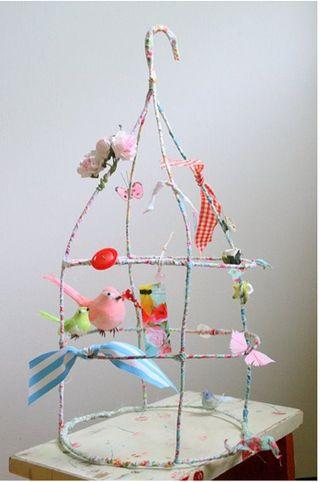 DIY vogelkooi van draad, omwikkelen met stof.