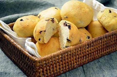 PANINI ALLE OLIVE  Oggi prepariamo insieme dei gustosissimi panini alle olive! Perfetti da portare in tavola in una cena tra amici questi panini farciti alle olive sono anche molto facili da fare perchè hanno un impasto diretto.  #lacucinaimperfetta #pane #lievitati