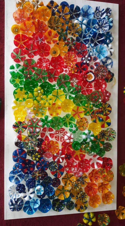 Blumen-Kunstwerk aus PET-Flaschen-Böden – einfacher als das Ergebnis vermuten lässt!