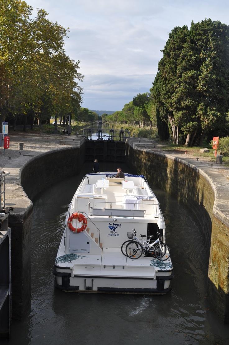 Le Vision al entrar a una esclusa sobre el Canal du Midi