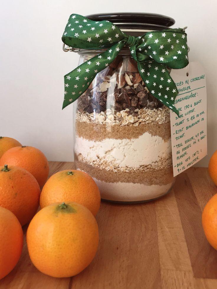 Til 20 stk. Glas: 0,75 liter 1 dl sukker (evt. farin) 1,5 dl hvedemel 1/2 tsk. bagepulver 1 tsk. vaniljepulver 1 dl havregryn 1 dl hakket chokolade 1 dl hakkede nødder