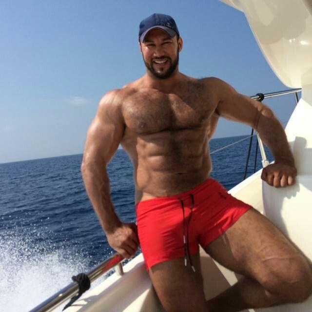 #Muskeln #Behaart #Bart #Meer #Kerl #rote Badehose #Mütze