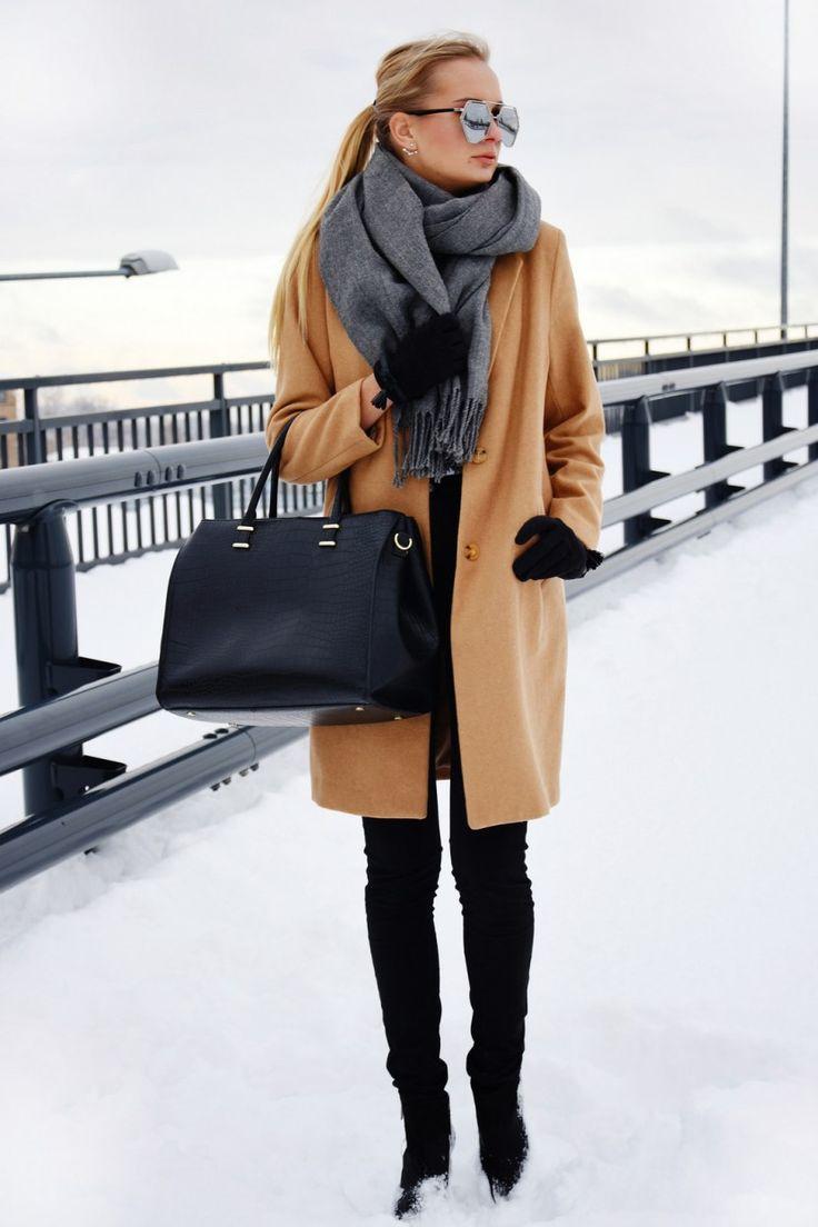 Уличная мода 2017: светло коричневое пальто с меховым воротником в сочетании с джинсами - тренды верхней одежды.