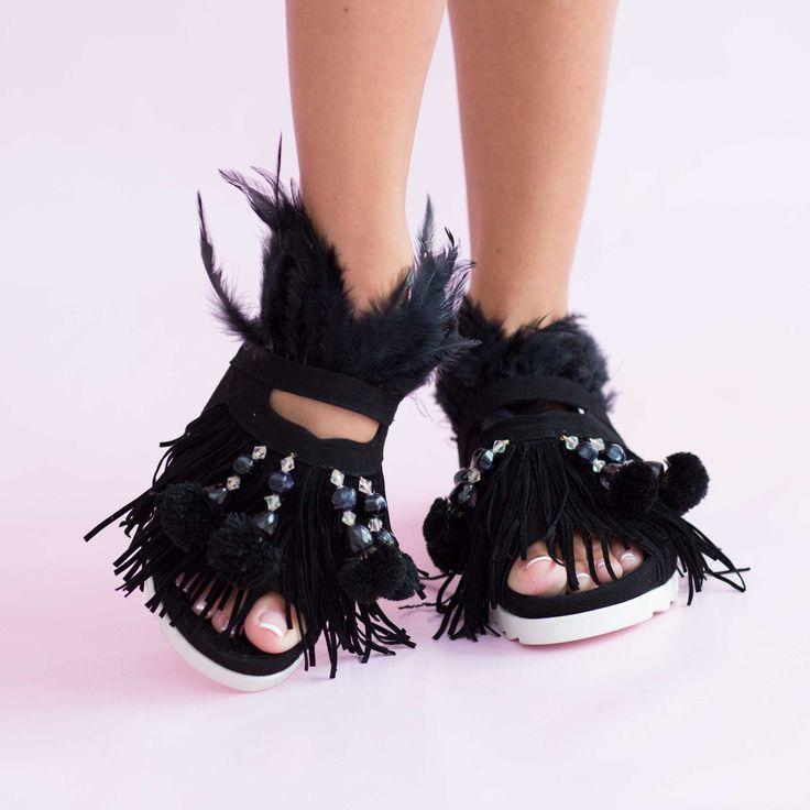 Sandalele de dama Mineli Phoenix din piele întoarsă ornamentate cu pene și accesorii glamouroase, completează…