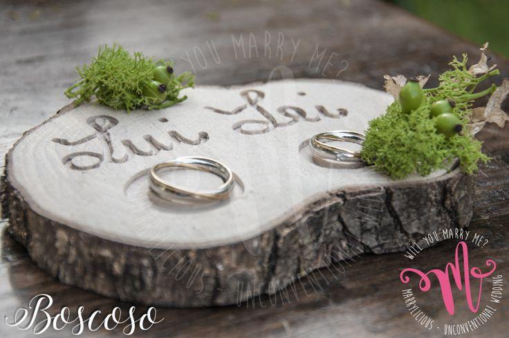 Portafedi in legno con incisione personalizzata Boscoso. Creato da Marrylicious. -  Wedding rings on wooden trunk with engraving. Created by Marrylicious.
