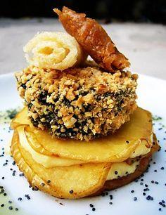 Crocanti de morcilla sobre lasaña de manzana y queso