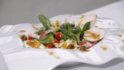 Geitenkaassalade met veldsla, mais en tomaatjes