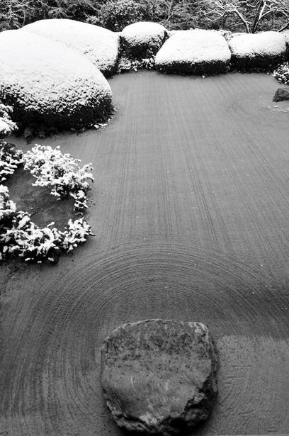 Sand garden in snow at Shisen-do temple, Kyoto, Japan 詩仙堂