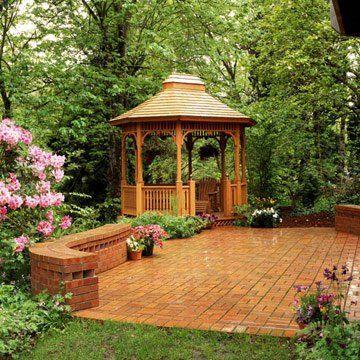 Kiosque classique près de la terrasse pavée de briques